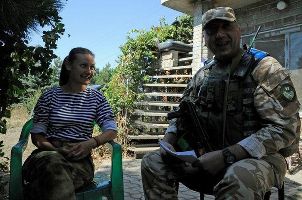 Vapaaehtoispsykologina toimiva Alla yrittää luoda luottamusta etulinjan alueen sotilaiden ja siviilien kesken.