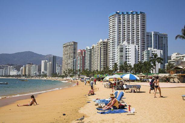 Acapulcon rannat täyttyvät nyt meksikolaisista, kun kansainväliset matkailijat karttavat kohdetta.