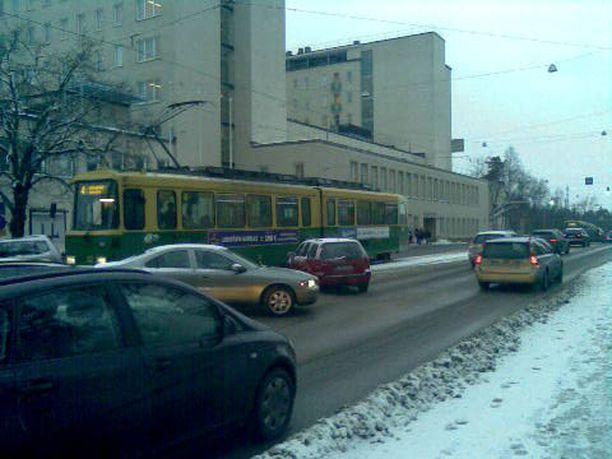 Auto törmäsi ratikkaan Tukholmankadulla Meilahdessa.