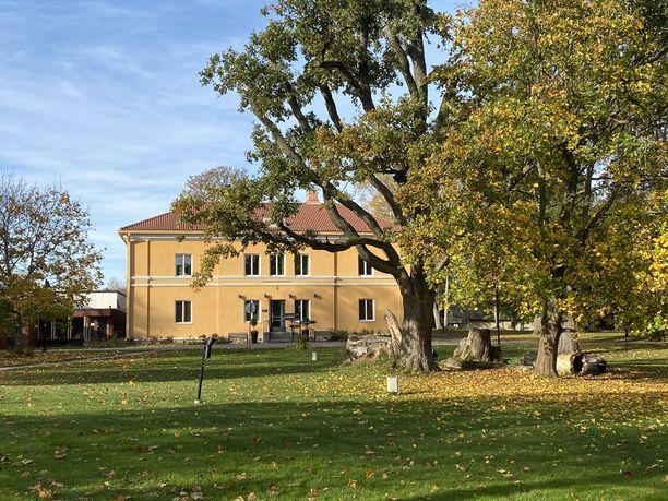 Hämeenkylän kartanon vanha päärakennus on Engelin suunnittelema. Se oli tarkoitettu vain osaksi suurempaa kartanorakennusta, mutta sitä ei koskaan rakennettu.