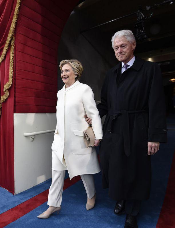 Hillary Clinton kokovalkoisessa asussa Trumpin virkaanvihkijäisissä.