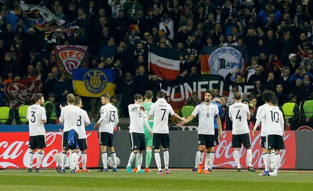 Saksa päästi MM-karsintojen ensimmäisen maalinsa, mutta voitti Azerbaidzhanin vieraissa 4-1.