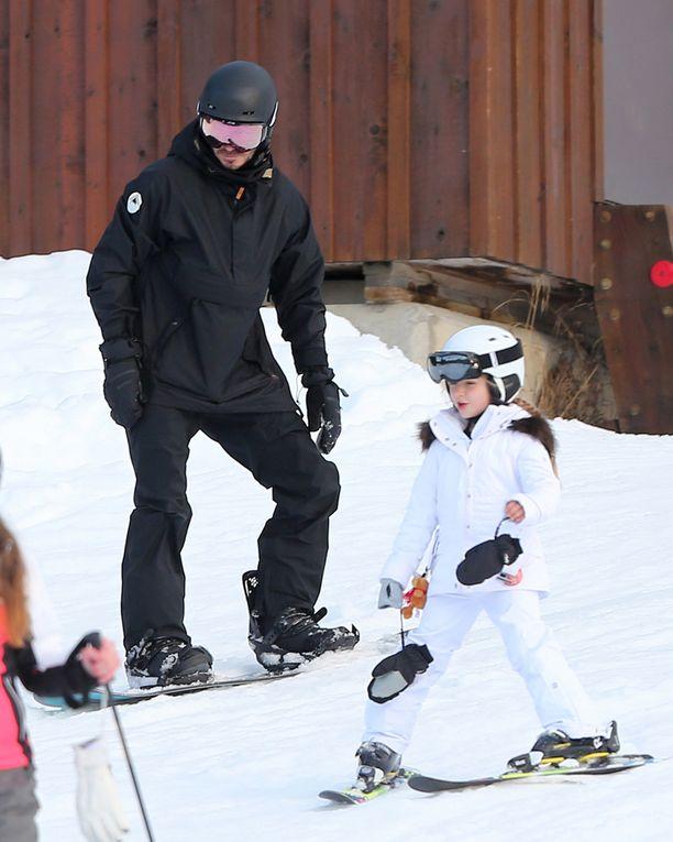 Kaksikko nautti kanadalaisen hiihtokeskuksen laskettelumaisemista.