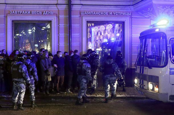 Mellakkapoliisi hajotti mielenosoituksen Manezhnaya-aukiolla.