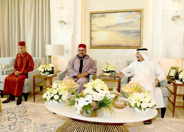 Marokon kuningas Mohammed VI (kesk.), kruununprinssi Moulay Hassan (vas.) ja kuningas Salman (oik.) viimeksi mainitun kesäpalatsissa Tangerissa elokuun 12. päivänä.