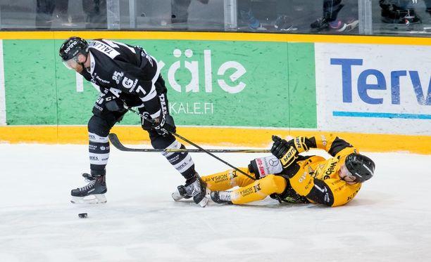 TPS on jyräämässä SaiPan yli. Kuvassa Henrik Tallinder ja Urho Vaakanainen.