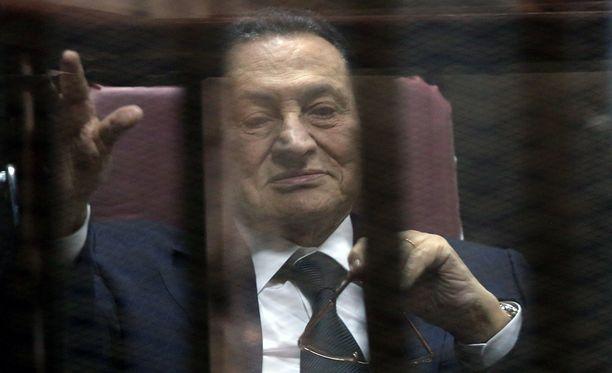 Hosni Mubarak syytettyjen aitiossa oikeudenkäynnin aikana vuonna 2015.