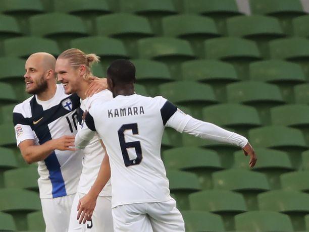 Fredrik Jensen (keskellä) onnistui heti, kun mies päästettiin irti.