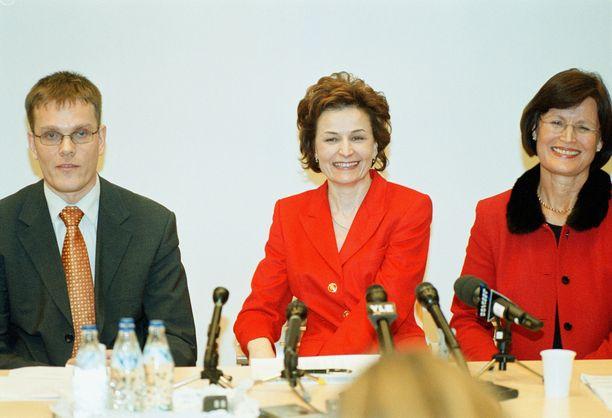 14. helmikuuta 2002. Anneli Jäätteenmäki lähtee ehdolle keskustan puheenjohtajaksi. Vasemmalla kampanjapäällikkö Jarmo Korhonen, oikealla kampanjan tukiryhmän puheenjohtaja Mirja Ryynänen.