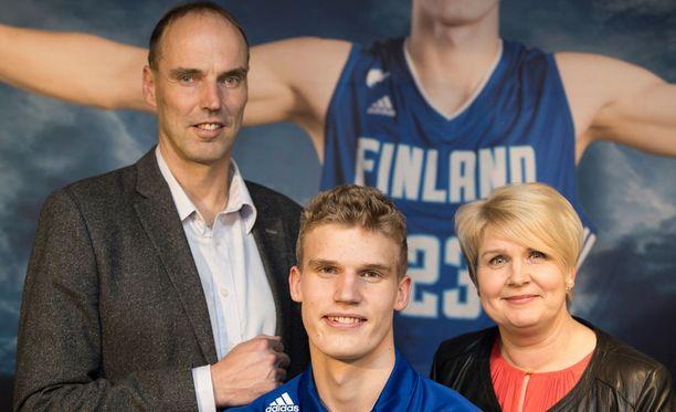 Pekka Markkanen (vas.) lähtee poikansa tueksi Chicagoon.