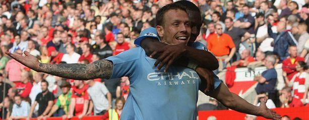 Craig Bellamy juhlii tekemäänsä 3-3-tasoitusmaalia Unitedia vastaan. Riemu vaihtui suruksi, kun Michael Owen teki Unitedille voittomaalin lisäajalla.