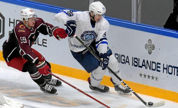 Dinamo Minskin Vjatsheslav Gretsky (oik.) yrittää karkuun Avtomobilist Jekaterinburgin Ivan Vishnevskyltä.