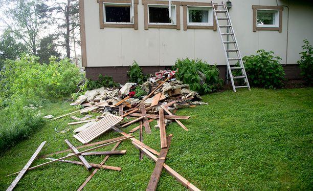 Talo kärsi saunan menetyksen lisäksi lieviä vesi- ja palovahinkoja.