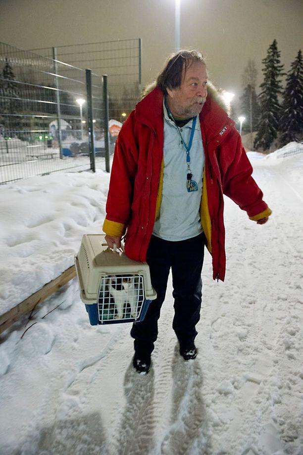 Reijo Tuominen otti hoitokissansa mukaan evakkoon.