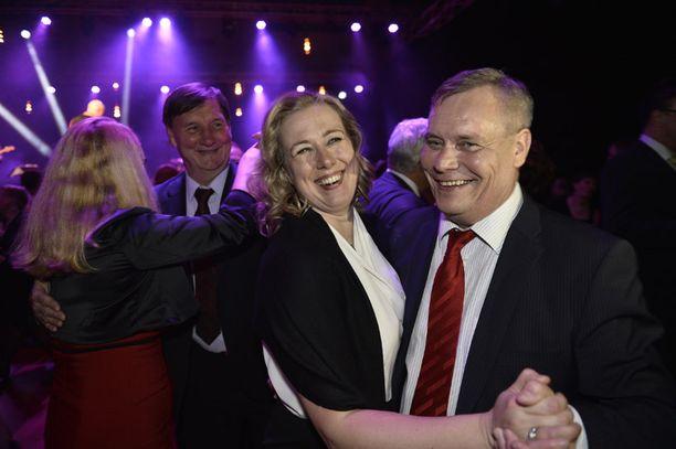 Urpilainen tanssi SDP:n tuoreen puheenjohtajan kanssa hävittyään puheenjohtajaäänestyksen toukokuussa 2014 Seinäjoella.
