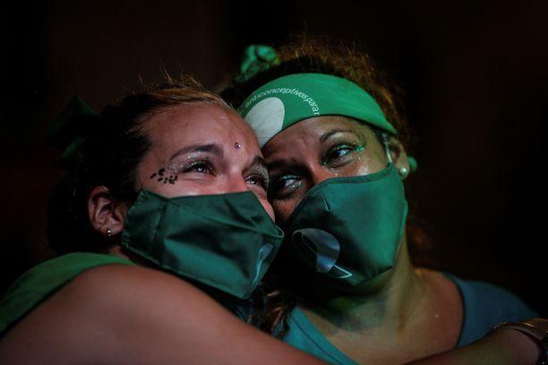Mielenosoittajat juhlivat äänestyksen tulosta kongressin edustalla Buenos Airesissa.
