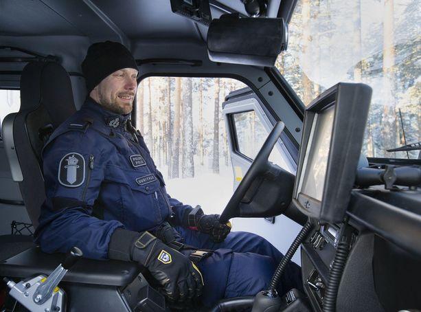 Tuleva hallitus aikoo lisätä poliisivirkoja useilla sadoilla. Kuvassa Toni Uusitalo, joka esittelee poliisin panssariautoa.