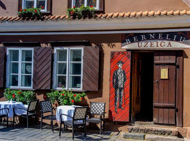 Vanhassakaupungissa sijaitseva Bernelių užeiga -ravintola on hyvä valinta vieraalle, joka haluaa kokeilla perinteistä liettualaista ruokaa.