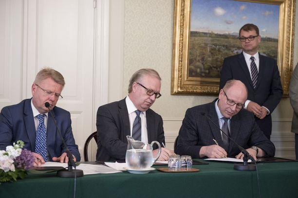 Työmarkkinaosapuolet allekirjoittavat kilpailukykysopimuksen kesäkuussa 2016. Vas. EK:n toimitusjohtaja Jyri Häkämies, Akavan puheenjohtaja Sture Fjäder ja valtion työmarkkinajohtaja Juha Sarkio.