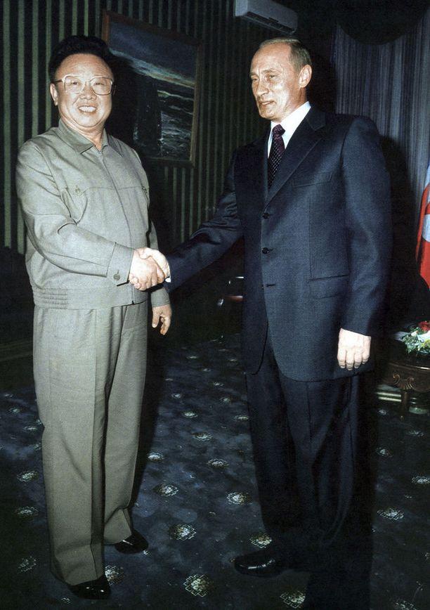 Pohjois-Korean KCNA:n kuva, jossa Kim Jong-il, noin 158 senttiä, kättelee Venäjän presidenttiä Vladimir Putinia, noin 170 senttiä, vuonna 2002.