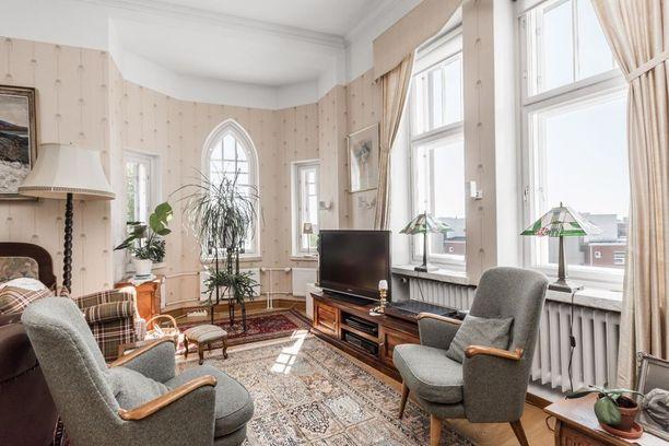 136-neliöisessä jugend-kodissa on ikkunoita kolmeen suuntaan - erkkeriä unohtamatta.