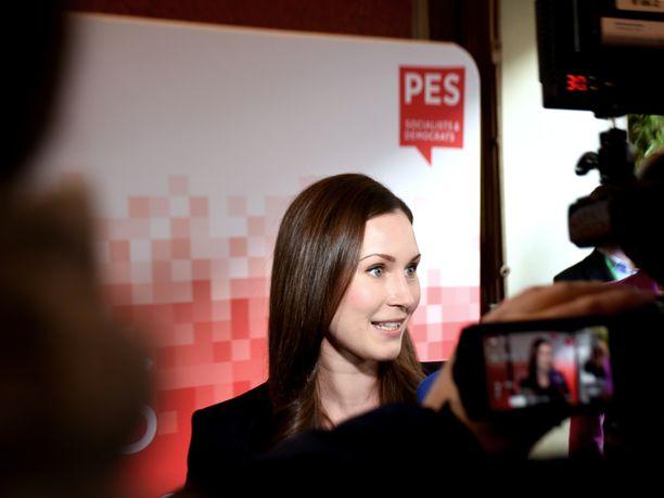 Maailman nuorin istuva pääministeri Sanna Marin kiinnostaa nyt maailmalla. Kuvassa Marin vastaamassa median kysymyksiin EU-huippukokouksessa Brysselissä joulukuussa.