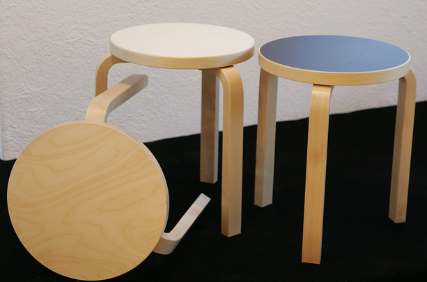 Alvar Aallon suunnittelema jakkara on klassikko. Sitä voi käyttää joko tuolina tai pöytänä. Sen voi pinota kätevästi ja sen yksinkertainen muoto kestää aikaa.