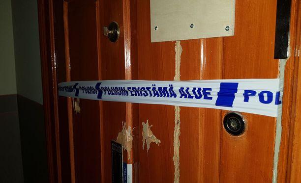Poliisi on eristänyt miehen asunnon Helsingin Kasarmikadulla.