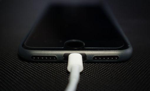Apple paikkailee ahkerasti hidastuskohun aiheuttamia vahinkoja.