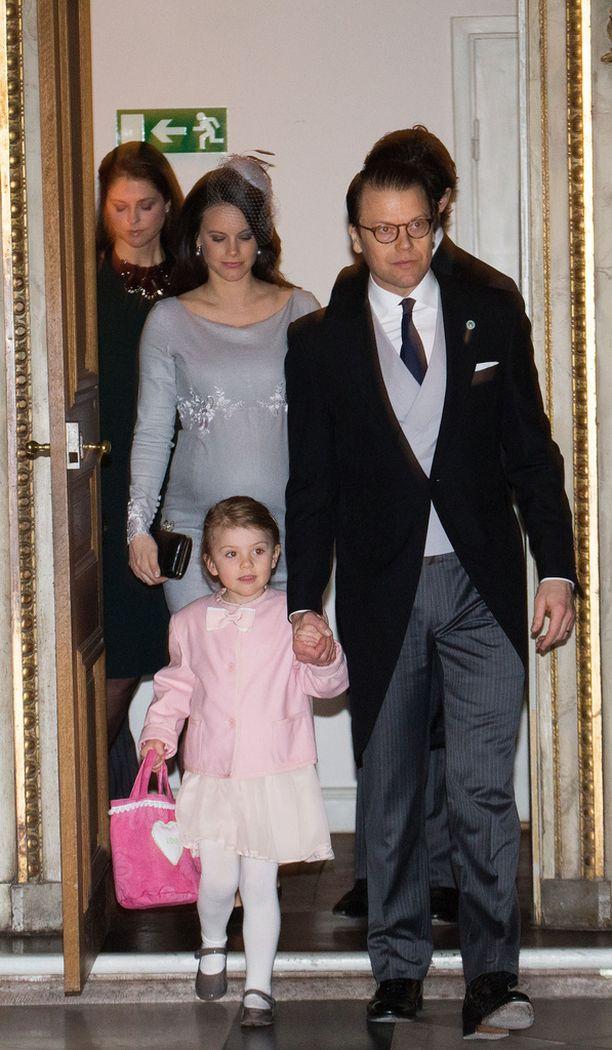 Estelle saapui veljensä prinssi Oscarin kiitosjumalanpalvelukseen Daniel-isänsä kanssa 3. maaliskuuta.