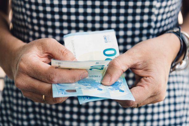 Nelikymppiset naiset tienasivat viime vuonna jopa tuhat euroa vähemmän kuin miehet. Kuvituskuva.