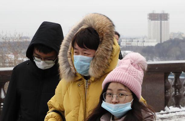 Kiinalaiset turistit Moskovassa käyttivät hengityssuojaa.