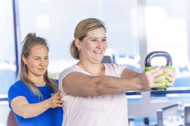 """""""Asiakkaan kokonaisvaltainen hyvinvointi on kaikkein tärkeintä kuntoutusprosessissa!"""", sanoo Johanna Hautamäki fysioterapeutti Anu Sepän opastuksessa."""