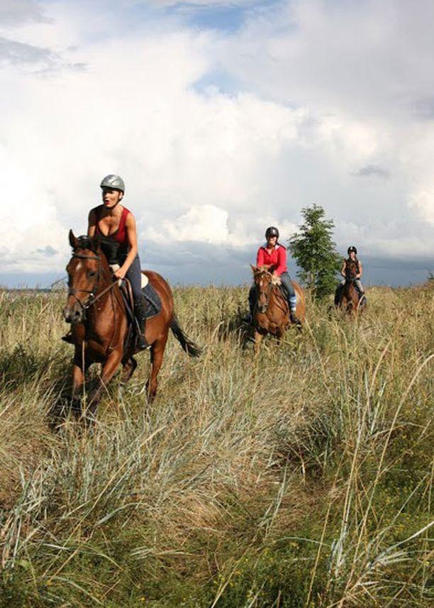"""Vihterpalun kartanon hevoset hurmasivat Marikan. Lauantaina hän ratsasti rannalla yli 20 kilometrin matkan. """"Suosittelen paikkaa kaikille, jotka haluavat ratsastaa ikimuistoisessa miljöössä"""", hän hehkuttaa."""