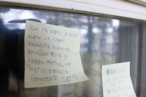 Jäähyväisviestejä henkirikospaikan ikkunassa Kalajoella tammikuussa 2020.