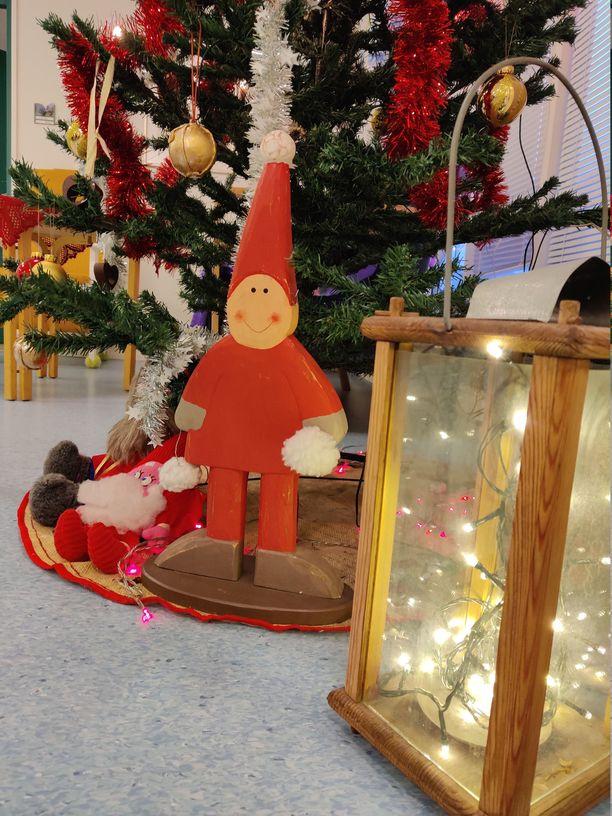 Helsingissä sijaitsevan Merilän palvelutalon ryhmäkodeissa on luotu joulutunnelmaa esimerkiksi kuusen ja joulukoristeiden avulla.