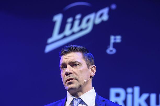 Toimitusjohtaja Riku Kallioniemellä on varaa jämäköittää Liigan otetta koronalinjauksissa.