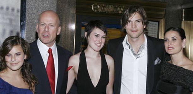 Bruce, Ashton, Demi ja tyttäret ovat yhtä suurta sopuisaa perhettä. Kuvassa Demin ja Brucen tyttäristä nuorin Tallulah, 14, (vas.) ja vanhin Rumer, 20 (keskellä).