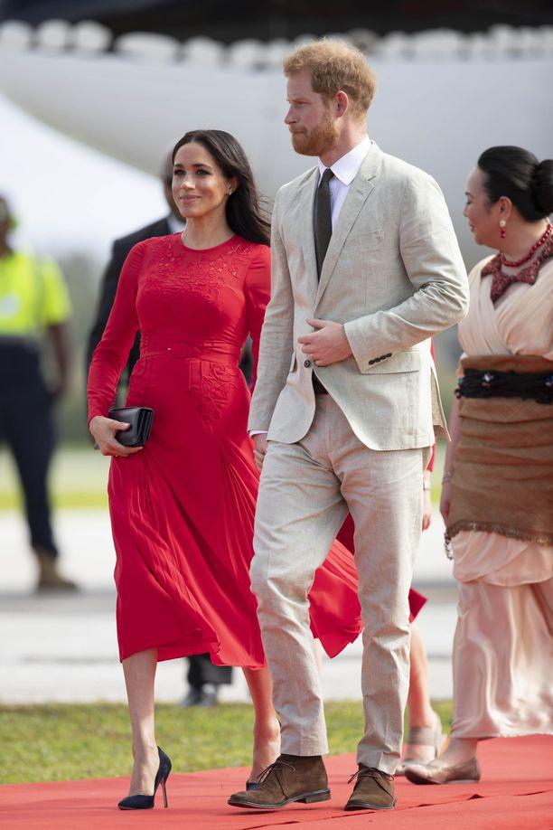 Punainen puki upeasti herttuatarta. Prinssi Harry oli valinnut ylleen vaaleaa.