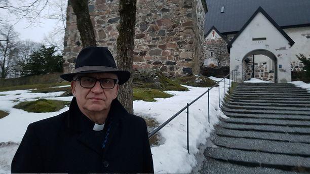 Kirkkoherra Harry Backström puhui  Himoksella kuolleen pojan muistotilaisuudessa maanantaina.