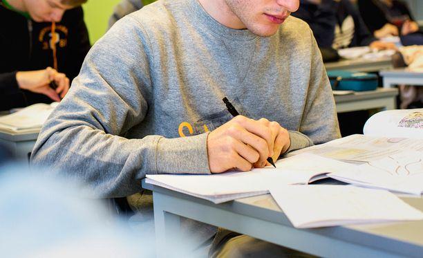 Suomalaiset tekevät läksyjä alle kolme tuntia viikossa.