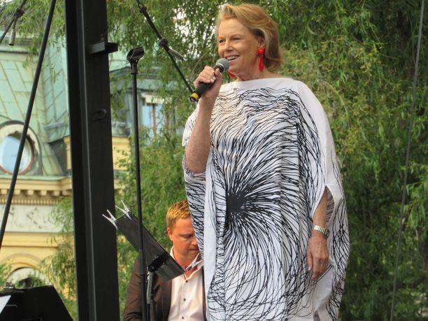 Arja Saijonmaa on suuri tähti Ruotsissa ja esiintyi tiistaina sadoille keskellä Tukholmaa. Elokuussa hän laulaa Tukholmassa Suomen ja Ruotsin pääministereille.