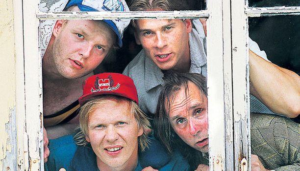Late Jortikka (Panu Vauhkonen), Oskari Fräntilä (Karri Lämpsä), Valtsu Åkerlund (Kari Manninen) ja Ilmari Piiparinen (Tom Lindholm) olivat naisia vailla Peräkamaripojat-sarjassa.