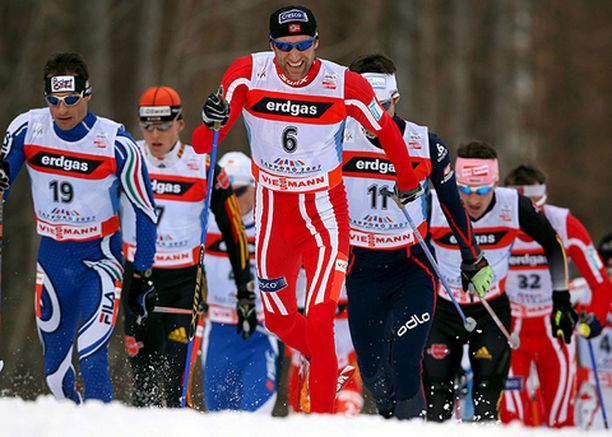Norjan Odd-Björn Hjelmeset hiihti kärkeen heti alussa.