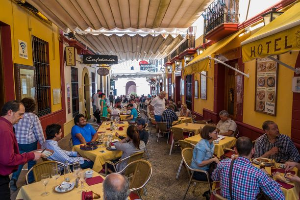 Yhä useammassa espanjalaisravintolassa juomaraha sisältyy nykyään hintaan.