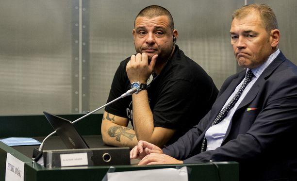 Zubier (vas.) ja asianajaja Ari Huhtamäki Turun puukotuksista syytetyn Abderrahman Bouananen oikeudenkäynnissä Turussa huhtikuussa.