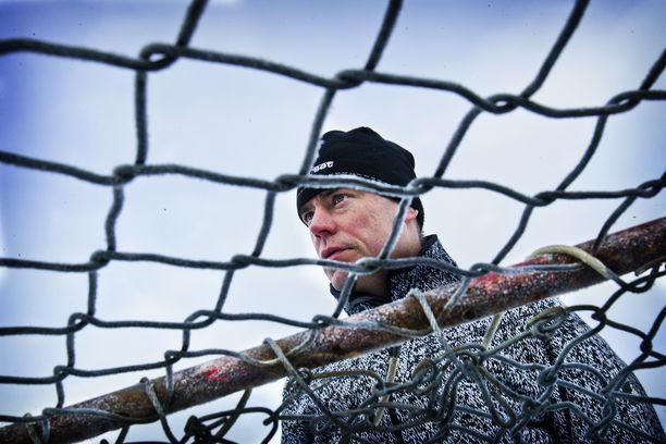 Raimo Helminen on viime viikot tehnyt siivoushommia yrityksessään ja edistänyt puusavottaa mökillään.