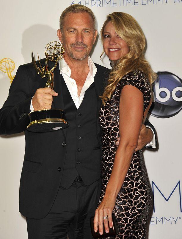 Costner voitti Emmyn vuonna 2012 minisarjasta Hatfields & McCoys.