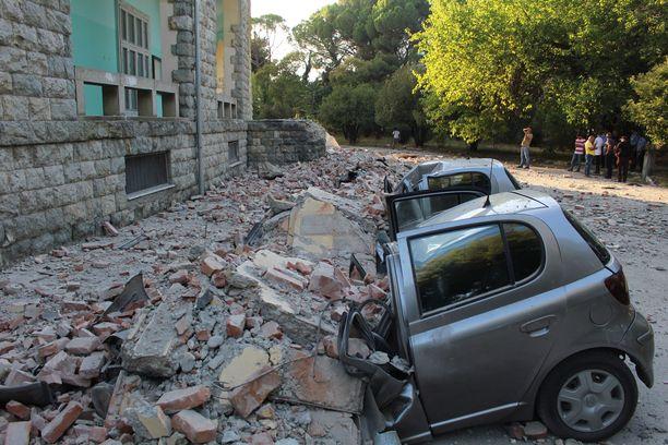 Albaniassa maanjäristys aiheutti vahinkoa myös useille rakennuksille ja autoille.
