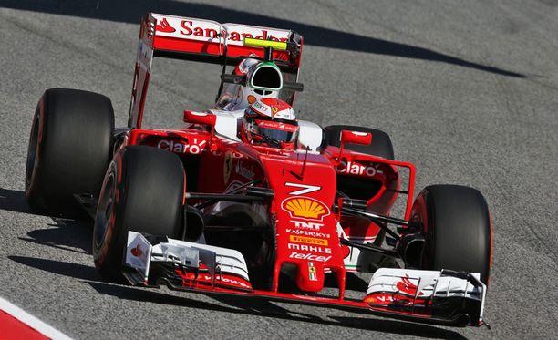 Kimi Räikkösen Ferrari kulkee.